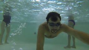 Τύπος που πηδά στην πισίνα με τη κάμερα στο ραβδί στο χέρι του, που έχει τη διασκέδαση απόθεμα βίντεο