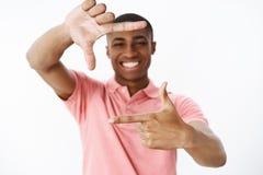 Τύπος που πλαισιώνει το μέλλον του που χαμογελά ευρέως να αισθανθεί ευτυχής και ευχαριστημένος αυξάνοντας τα χέρια που παρουσιάζο στοκ φωτογραφία με δικαίωμα ελεύθερης χρήσης