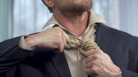 Τύπος που προσπαθεί να βγάλει το σχοινί θανάτου από το λαιμό του, δεσμευτική υποχρέωση, ανίκανος απόθεμα βίντεο