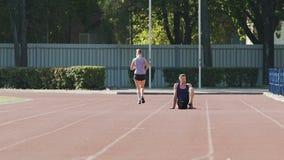 Τύπος που στηρίζεται στον αθλητικό τομέα jogging κοριτσιών, αθλητική ζωή, σε αργή κίνηση φιλμ μικρού μήκους