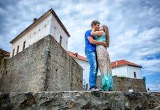 Τύπος που φιλά τη φίλη Στοκ εικόνα με δικαίωμα ελεύθερης χρήσης