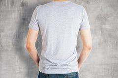 Τύπος που φορά την γκρίζα πλάτη πουκάμισων Στοκ εικόνα με δικαίωμα ελεύθερης χρήσης