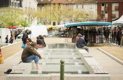 Τύπος που χαλαρώνει τα πόδια του σε μια δημόσια θερμική SPA στο τσεκούρι -τσεκούρι-les-thermes Στοκ Εικόνες