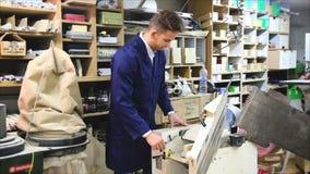 τύπος που χρησιμοποιεί τη σμίλη για να επεξεργαστεί τη σανίδα στο εργαστήριο απόθεμα βίντεο