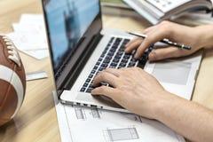 Τύπος που χρησιμοποιεί το lap-top στην αρχή Στοκ εικόνα με δικαίωμα ελεύθερης χρήσης