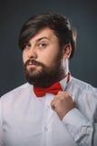 Τύπος σε ένα άσπρο πουκάμισο με το κόκκινο τόξο δεσμών Στοκ φωτογραφία με δικαίωμα ελεύθερης χρήσης