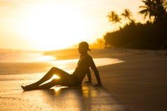 Τύπος στην παραλία στο ηλιοβασίλεμα στους τροπικούς κύκλους της Ασίας φωτεινός ήλιος το βράδυ επάνω από την παραλία σκιαγραφία στ στοκ φωτογραφίες με δικαίωμα ελεύθερης χρήσης