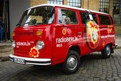 Τύπος του Volkswagen μικρών λεωφορείων - 2 (T2) με το ραδιοσταθμό που διαφημίζει RadioBerlin Στοκ Φωτογραφία