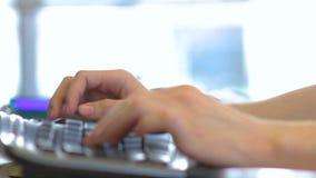 Τύπος χεριών προσώπων στη μαύρη κινηματογράφηση σε πρώτο πλάνο πληκτρολογίων φιλμ μικρού μήκους