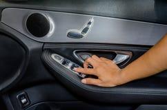 Τύπος χεριών στον έλεγχο παραθύρων αυτοκινήτων Στοκ Εικόνες