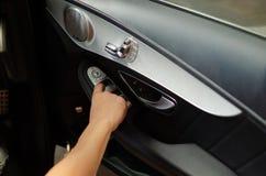 Τύπος χεριών στον αυτόματο έλεγχο παραθύρων αυτοκινήτων Στοκ εικόνα με δικαίωμα ελεύθερης χρήσης
