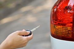 Τύπος χεριών στο κλειδί αυτοκινήτων μακρινό Στοκ φωτογραφία με δικαίωμα ελεύθερης χρήσης