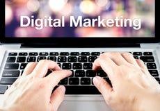 Τύπος χεριών στο lap-top με την ψηφιακή λέξη μάρκετινγκ με τη θαμπάδα backgr Στοκ Εικόνες