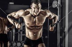 Τύπος bodybuilder με το barbell στοκ φωτογραφία με δικαίωμα ελεύθερης χρήσης