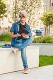 Τύπος Hipster με τη συνεδρίαση ταμπλετών στην προεξοχή Στοκ φωτογραφίες με δικαίωμα ελεύθερης χρήσης