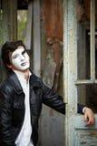 Τύπος mime ενάντια στην παλαιά ξύλινη πόρτα. Στοκ εικόνα με δικαίωμα ελεύθερης χρήσης