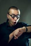 Τύπος Nerd που εξετάζει τα ρολόγια Στοκ φωτογραφία με δικαίωμα ελεύθερης χρήσης