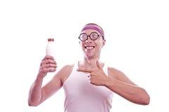 Τύπος Nerd που παρουσιάζει με το δάχτυλο στο μπουκάλι Στοκ φωτογραφία με δικαίωμα ελεύθερης χρήσης