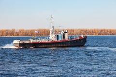 Τύπος Yaroslavets σκαφών στον ποταμό Βόλγας στη σαφή ηλιόλουστη ημέρα Στοκ φωτογραφία με δικαίωμα ελεύθερης χρήσης