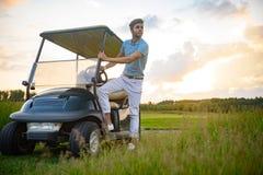 Τύπος Yuong που παίρνει στο κάρρο γκολφ Στοκ εικόνα με δικαίωμα ελεύθερης χρήσης