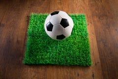 Τύρφη ποδοσφαίρου στο πάτωμα σκληρού ξύλου Στοκ εικόνες με δικαίωμα ελεύθερης χρήσης