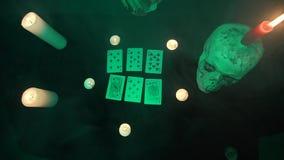 Τύχη αφήγησης γυναικών που χρησιμοποιεί τις κάρτες, τον ανατριχιαστικό πίνακα με ένα κρανίο και τα κεριά φιλμ μικρού μήκους