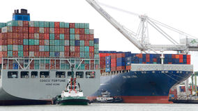 ΤΎΧΗ φορτηγών πλοίων COSCO που μπαίνει στο λιμένα του Όουκλαντ στοκ εικόνες