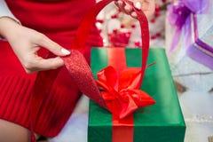 Τύλιγμα ενός χριστουγεννιάτικου δώρου Στοκ Εικόνα