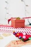Τύλιγμα δώρων Χριστουγέννων Στοκ Εικόνες