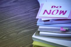 Τώρα  Ο σωρός των επιχειρησιακών εγγράφων σχετικά με το γραφείο Στοκ εικόνες με δικαίωμα ελεύθερης χρήσης