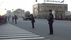 Τ-14 η κύρια μάχη Armata τοποθετεί σε δεξαμενή την αυτοκινητοπομπή και τους ανθρώπους στην άκρη του δρόμου την ημέρα νίκης νύχτας φιλμ μικρού μήκους