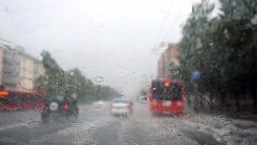 Υαλοκαθαριστήρες που καθαρίζουν το γυαλί ανεμοφρακτών στη βαθιά βροχερή αυγή στο θολωμένο υπόβαθρο πόλεων σε σε αργή κίνηση 1920x απόθεμα βίντεο