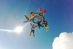 Υβριδικός σχηματισμός ελεύθερων πτώσεων με αλεξίπτωτο Στοκ φωτογραφίες με δικαίωμα ελεύθερης χρήσης