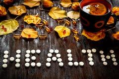 Υγεία έννοιας - θεραπεία με το καυτό τσάι και ιατρική Στοκ εικόνες με δικαίωμα ελεύθερης χρήσης