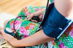υγεία γιατρών προσοχής αίματος ανασκόπησης που απομονώνεται μέτρηση του υπομονετικού λευκού πίεσης Στοκ Εικόνες