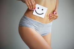 Υγεία γυναικών Κινηματογράφηση σε πρώτο πλάνο του υγιούς θηλυκού με το όμορφο κατάλληλο λεπτό σώμα στην άσπρη άσπρη κάρτα εκμετάλ στοκ φωτογραφία με δικαίωμα ελεύθερης χρήσης