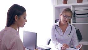 Υγεία γυναικών, ματαιωμένος ασθενής που μιλά με το γιατρό συμβούλων στο ιατρικό γραφείο φιλμ μικρού μήκους