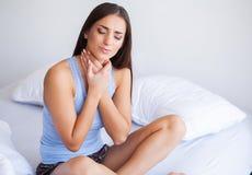 Υγεία και πόνος λαιμών Όμορφο αίσθημα γυναικών άρρωστο, έχοντας τον πονοκέφαλο, επίπονος πόνος σώματος στοκ φωτογραφία με δικαίωμα ελεύθερης χρήσης