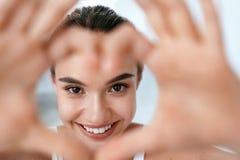 Υγεία ματιών Όμορφο πρόσωπο γυναικών με διαμορφωμένα τα καρδιά χέρια _ στοκ φωτογραφίες