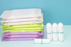 Υγειονομικά μαξιλάρια και tampon βαμβακιού εμμηνόρροιας για την προστασία υγιεινής γυναικών Μαλακή τρυφερή προστασία για τις κρίσ στοκ εικόνα με δικαίωμα ελεύθερης χρήσης