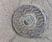Υγειονομική κάλυψη καταπακτών υπονόμων μετάλλων Στοκ εικόνα με δικαίωμα ελεύθερης χρήσης