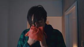 Υγειονομική περίθαλψη, γρίπη, υγιεινή και έννοια ανθρώπων - βήχοντας και φυσώντας μύτη άρρωστων ατόμων στην πετσέτα εγγράφου στο  απόθεμα βίντεο