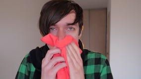 Υγειονομική περίθαλψη, γρίπη, υγιεινή και έννοια ανθρώπων - βήχοντας και φυσώντας μύτη άρρωστων ατόμων στην πετσέτα εγγράφου στο  φιλμ μικρού μήκους