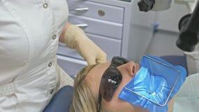 Υγειονομική περίθαλψη στην οδοντική κλινική, άνθρωποι που λειτουργεί ως οδοντίατρος και ιατρικός βοηθός, που ελέγχουν την υγιεινή απόθεμα βίντεο