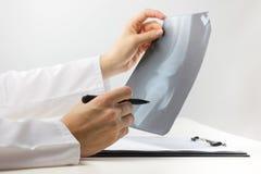 Υγειονομική περίθαλψη και έννοια ιατρικής - γιατρός με Στοκ Εικόνες