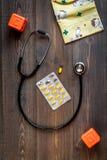 Υγειονομική περίθαλψη παιδιών με το στηθοσκόπιο και την ιατρική κατά τη τοπ άποψη γραφείων γιατρών Στοκ εικόνες με δικαίωμα ελεύθερης χρήσης