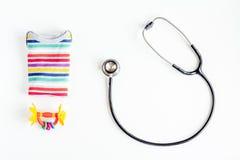 Υγειονομική περίθαλψη παιδιών με το στηθοσκόπιο κατά τη τοπ άποψη γραφείων γιατρών Στοκ Φωτογραφία