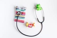 Υγειονομική περίθαλψη παιδιών με το στηθοσκόπιο κατά τη τοπ άποψη γραφείων γιατρών Στοκ Εικόνα
