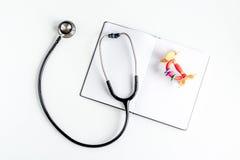 Υγειονομική περίθαλψη παιδιών με το στηθοσκόπιο στη τοπ χλεύη άποψης γραφείων γιατρών επάνω Στοκ εικόνα με δικαίωμα ελεύθερης χρήσης
