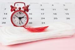 Υγειονομικό μαξιλάρι εμμηνόρροιας για την εμμηνορροϊκή περίοδο γυναικών Ρολόγια και ημερολόγιο στοκ εικόνα